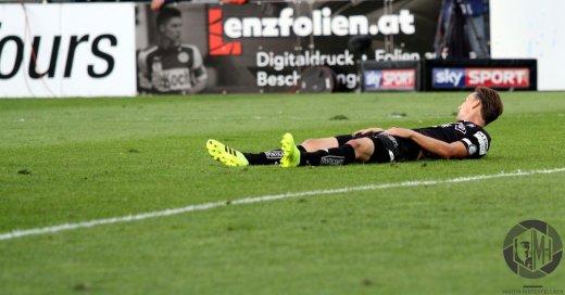 Stefan Hierländer liegt am Boden des Mattersburger Pappelstadions.